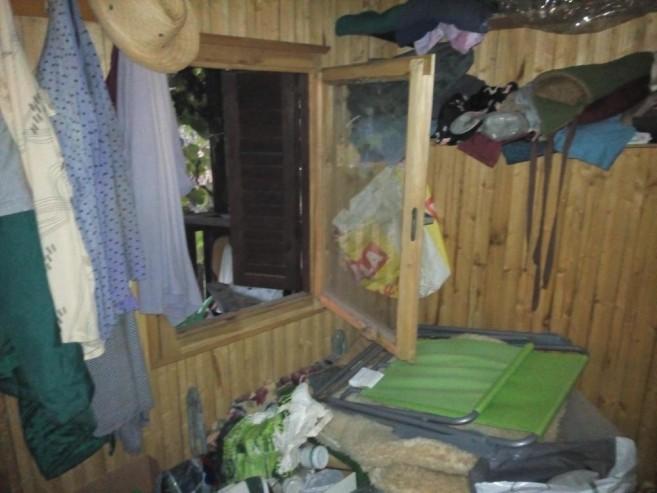chatka-uvnitr-3-pred-navstevou-zelen-uklidovky