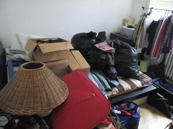 Ložnice před úklidem Zelené úklidovky 2 - oblečení, zaskládaná postel i nábytek.