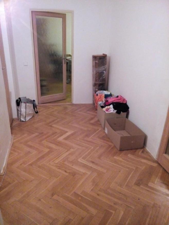 Předsíň po úklidu Zelené úklidovky - skříň je v ložnici, všechny věci buď odvezené nebo v komoře. Zůstalo jen prádlo na vyprání.