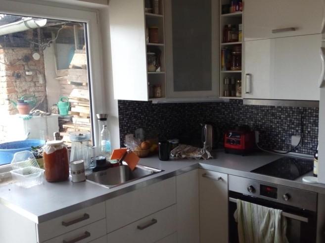Kuchyně před úklidem
