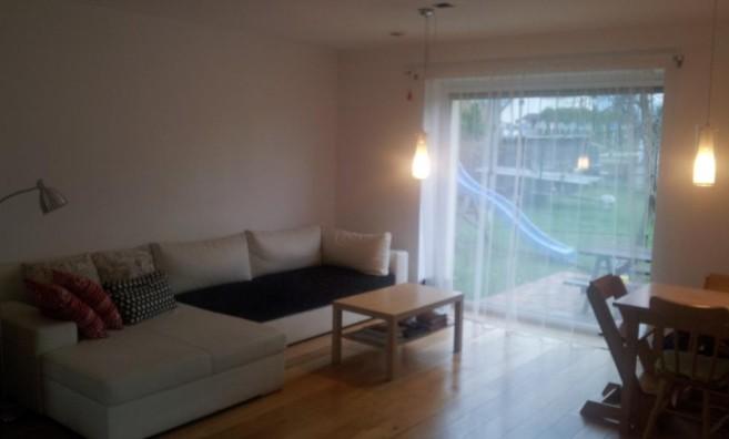 Obývací pokoj PO úklidu - Andrea ocenila nové uspořádání polštářů, které ji do té doby nenapadlo.